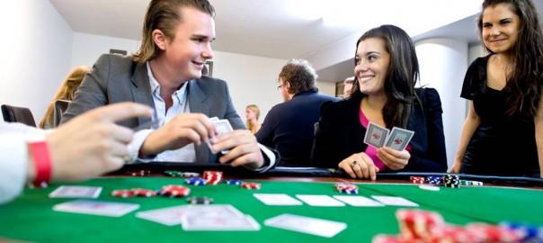 Bildet er tatt på et medlemsmøte i FpU hvor tillitsvalgte spilte poker uten penger.